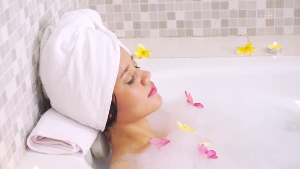 Hezká žena relaxace ve vaně