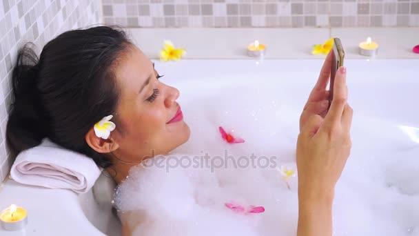Pretty Woman Vasca Da Bagno : Pretty woman rilassante nella vasca idromassaggio fotografie stock