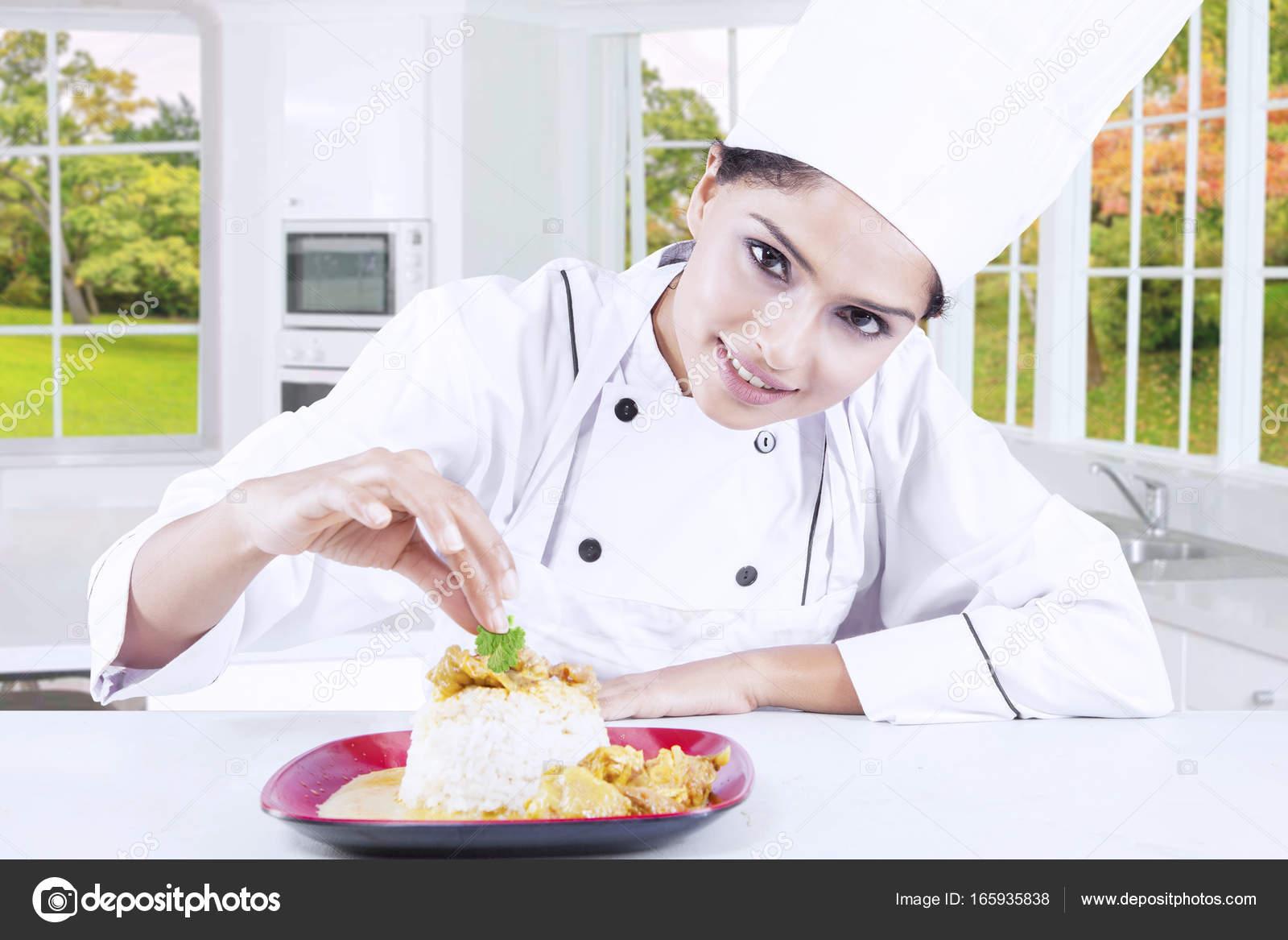 Chef Mujer Poner Perejil En El Plato