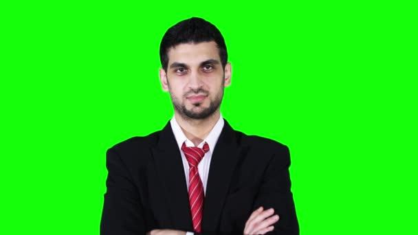 Giovane uomo daffari caucasico sorridente in studio