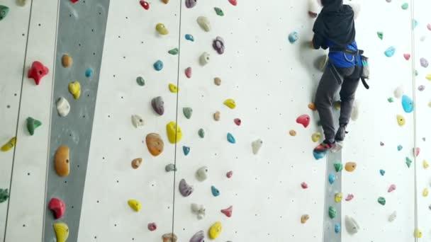 Muszlim nő mászik egy fedett sziklafal
