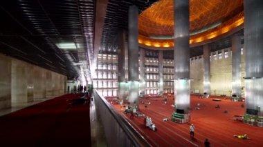 https://st3.depositphotos.com/1252160/16664/v/380/depositphotos_166643980-stockvideo-interieur-van-de-istiqlal-moskee.jpg