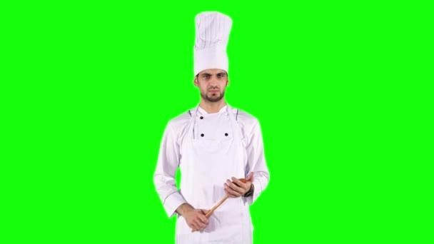 Koch denkt an Idee, während er Holzspachtel hält