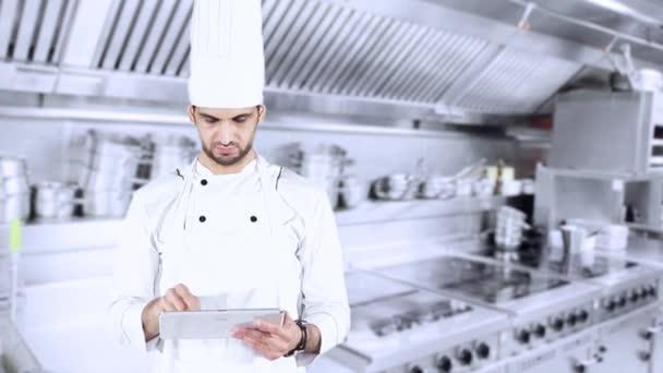 Chef mit digitalen Tablet in der Küche