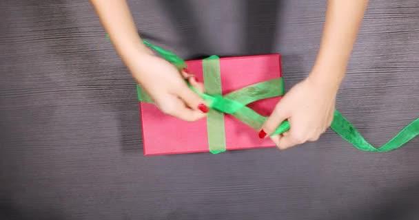 Žena ruce balicí vánoční dárek