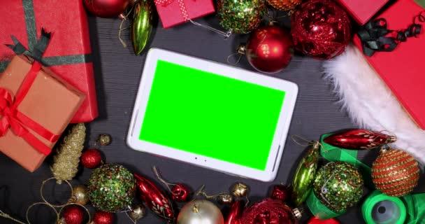 Digitální tablet s vánoční dekorace na stůl