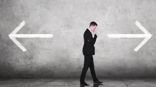 Verwirrter Geschäftsmann vor zwei Entscheidungen