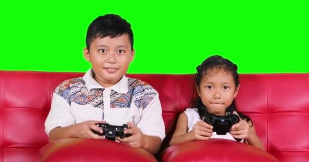 Dos Ninos Jugando Videojuegos En Sofa Videos De Stock