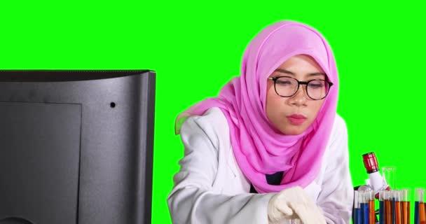 Vědec míchání chemické tekutiny