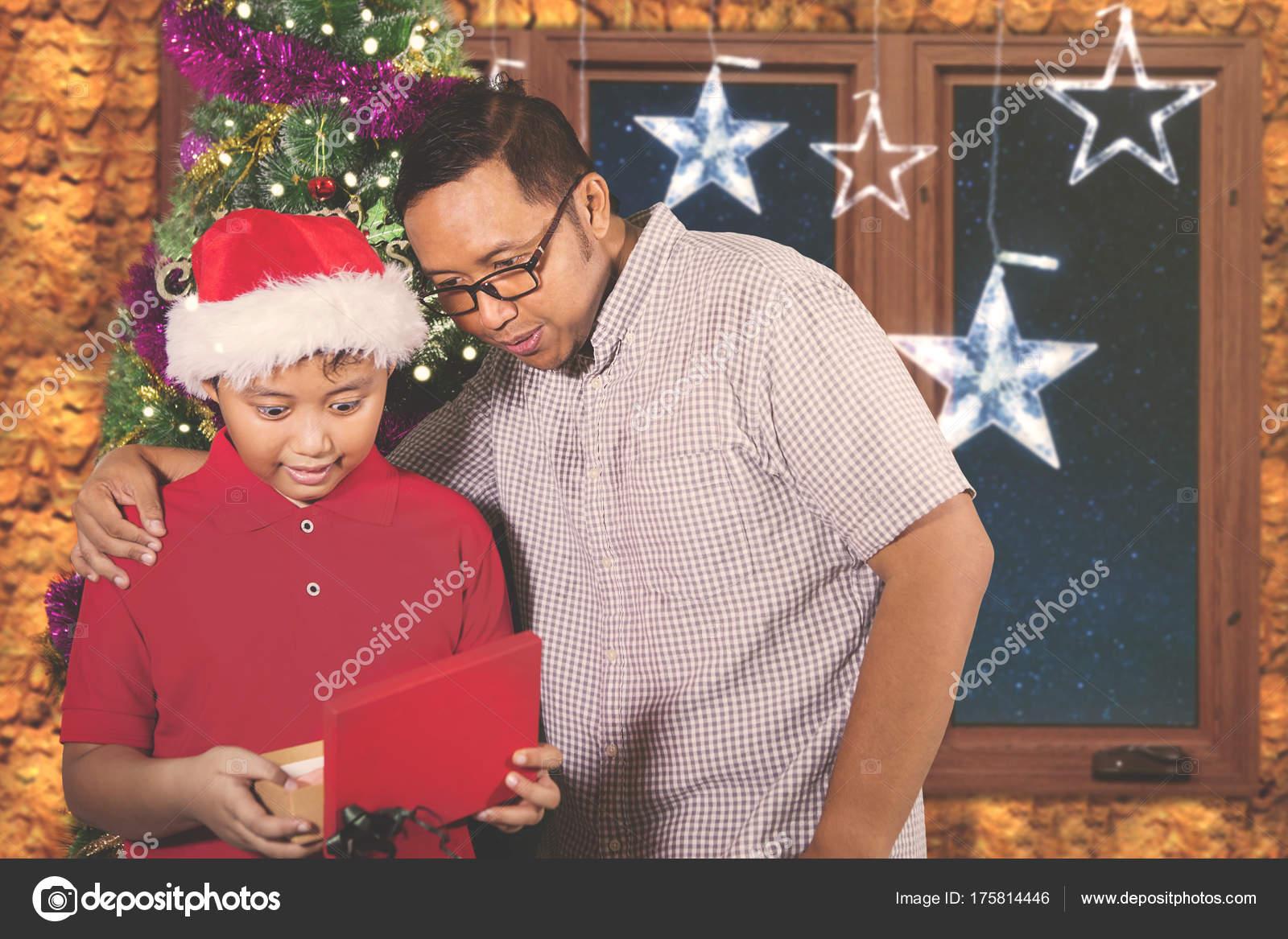 Vater und Kind begeistert mit einem Weihnachtsgeschenk — Stockfoto ...