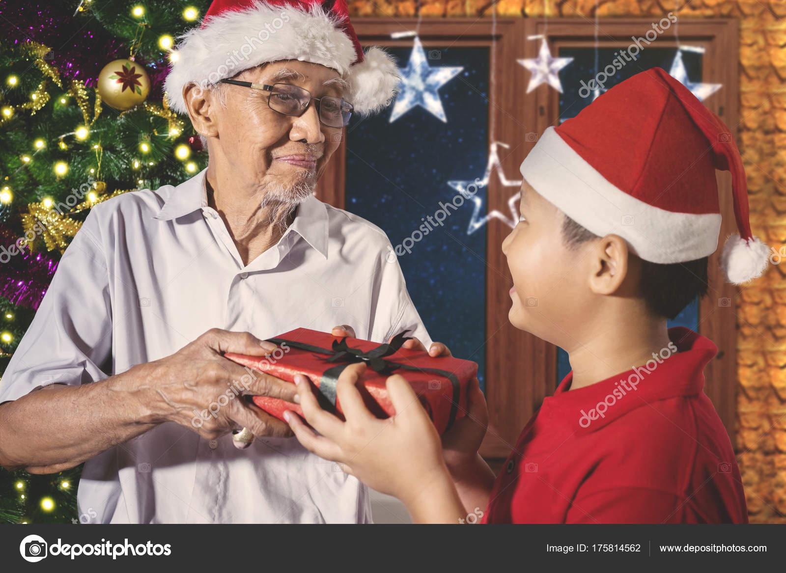 Älterer Mann Geschenk zu seinem Enkel — Stockfoto © realinemedia ...