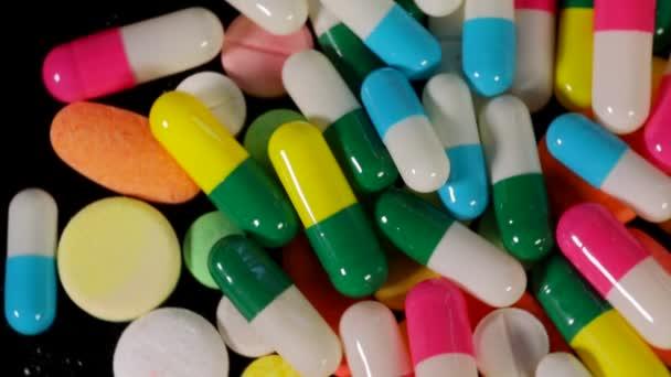 Makro snímek haldy tablety a prášky pro léky na stůl