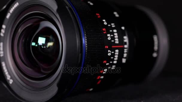 Jakarta - Indonésie. 12. prosince 2017: Detailní Laowa 12mm f2.8 ultra širokoúhlý objektiv tmavém pozadí