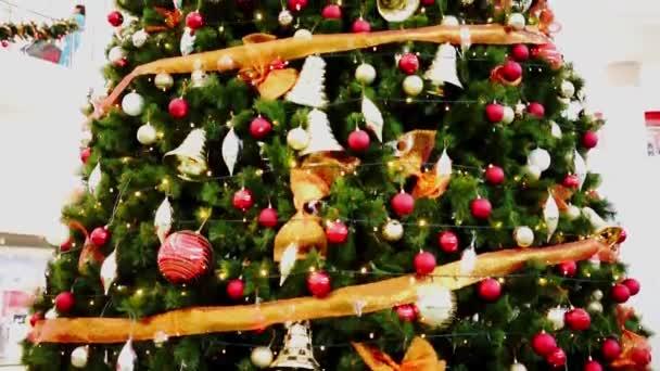 Naklonit nahoru záběry obrovské vánoční stromeček plný ornamenty a světla v nákupním centru