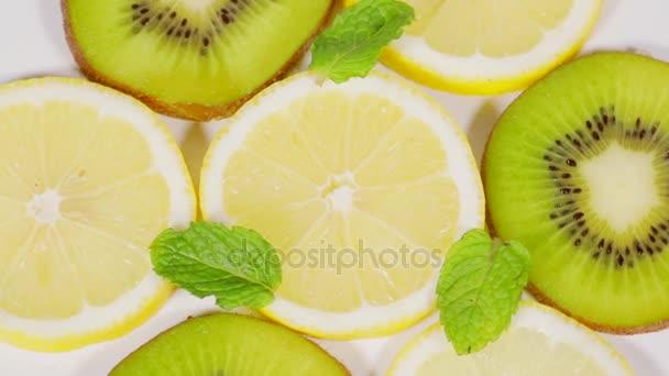 Zblízka plátky kiwi a ovoce otáčející na stole ve studiu citron