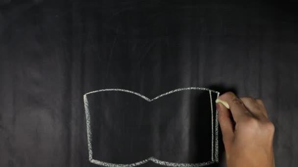 Nő kéz rajzot egy könyvet, és vissza iskola szöveggé a Palatábla közelről
