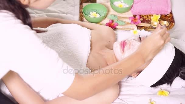 Pohled shora mladé ženy užívat krásy maska na obličej v salónu krásy