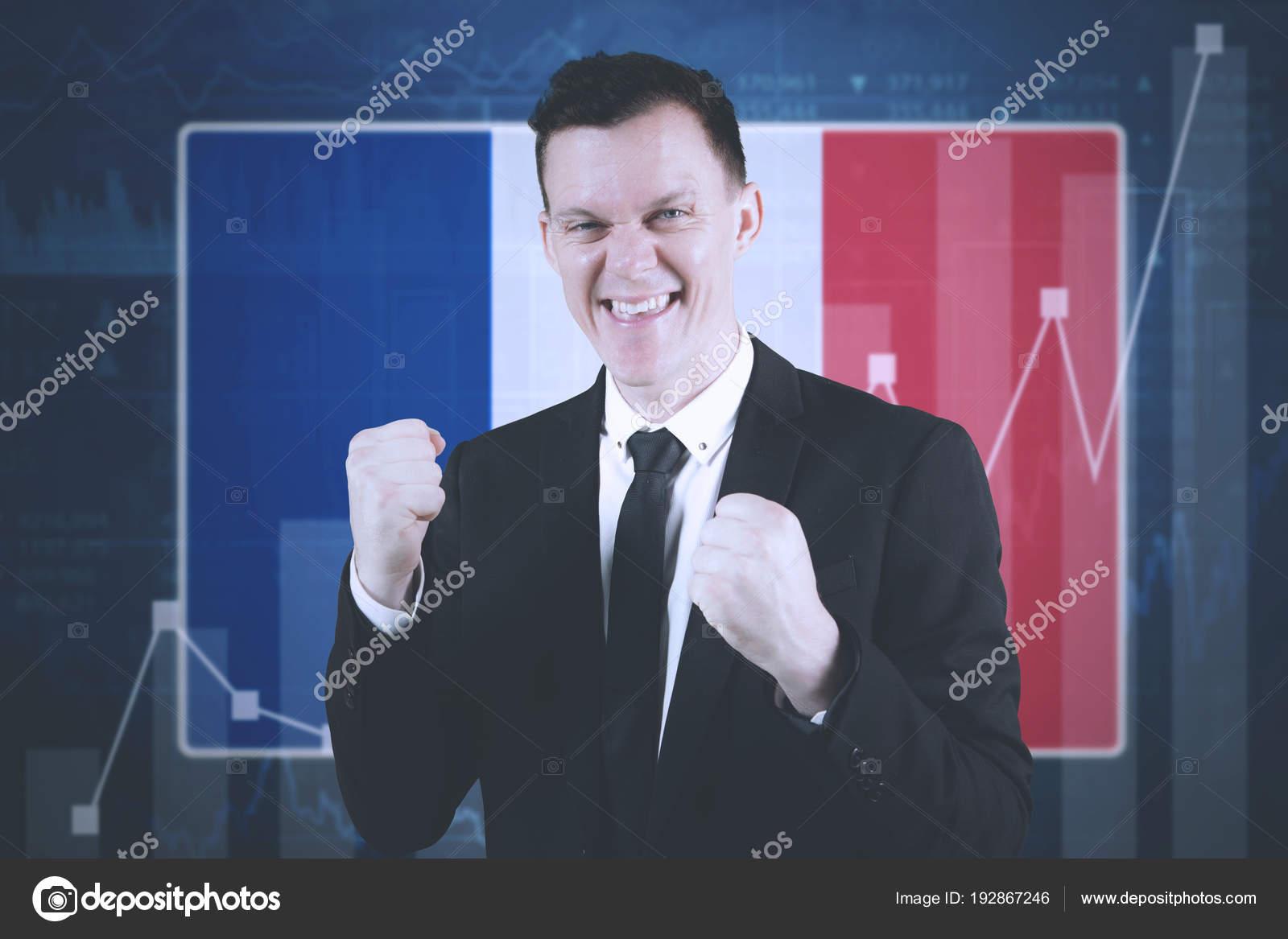 Feliz empresário expressando sucesso em pé perto de estatísticas de  crescimento e bandeira de França — Foto de realinemedia cd49c42f8d