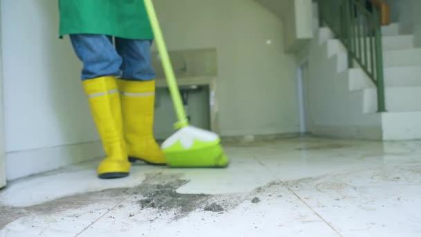 hospodyně uklízí zaprášené podlahy