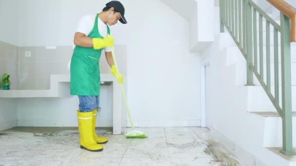 Haushälterin putzt staubige Böden