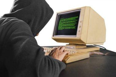 Sistemden bilgi çalan erkek hacker 'ın arka planı, beyaz arka planda izole edilmiş.