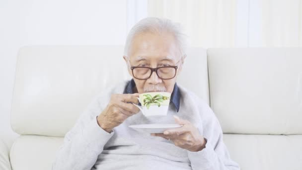 Älterer Mann mit Brille im Atelier