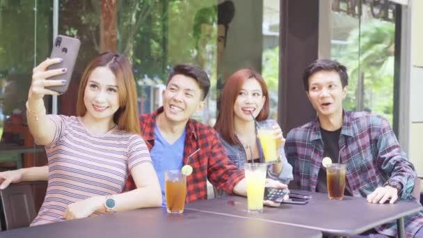 Bir grup genç, kafede selfie çekiyor.