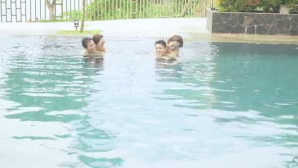 İki mutlu çift havuza biniyor.