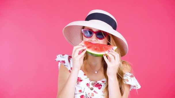 fiatal nő görögdinnyével