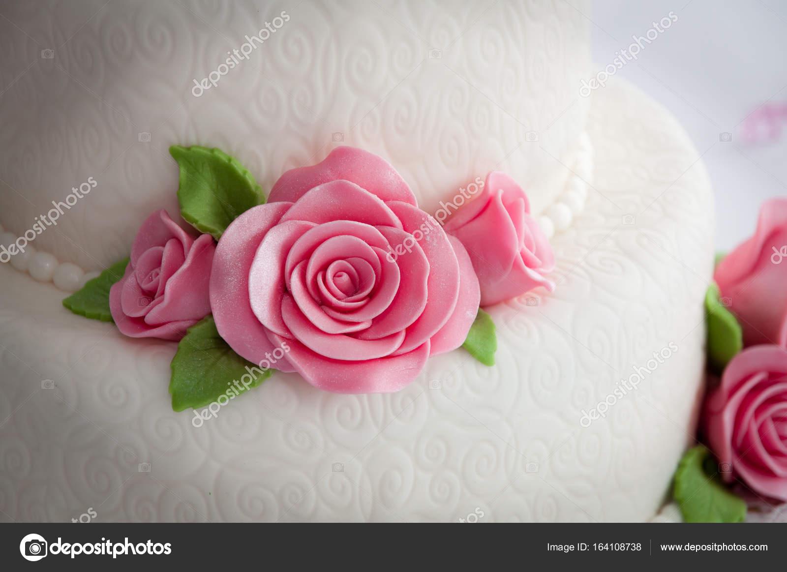 Weisse Hochzeitstorte Mit Rosen Stockfoto C Egeris 164108738