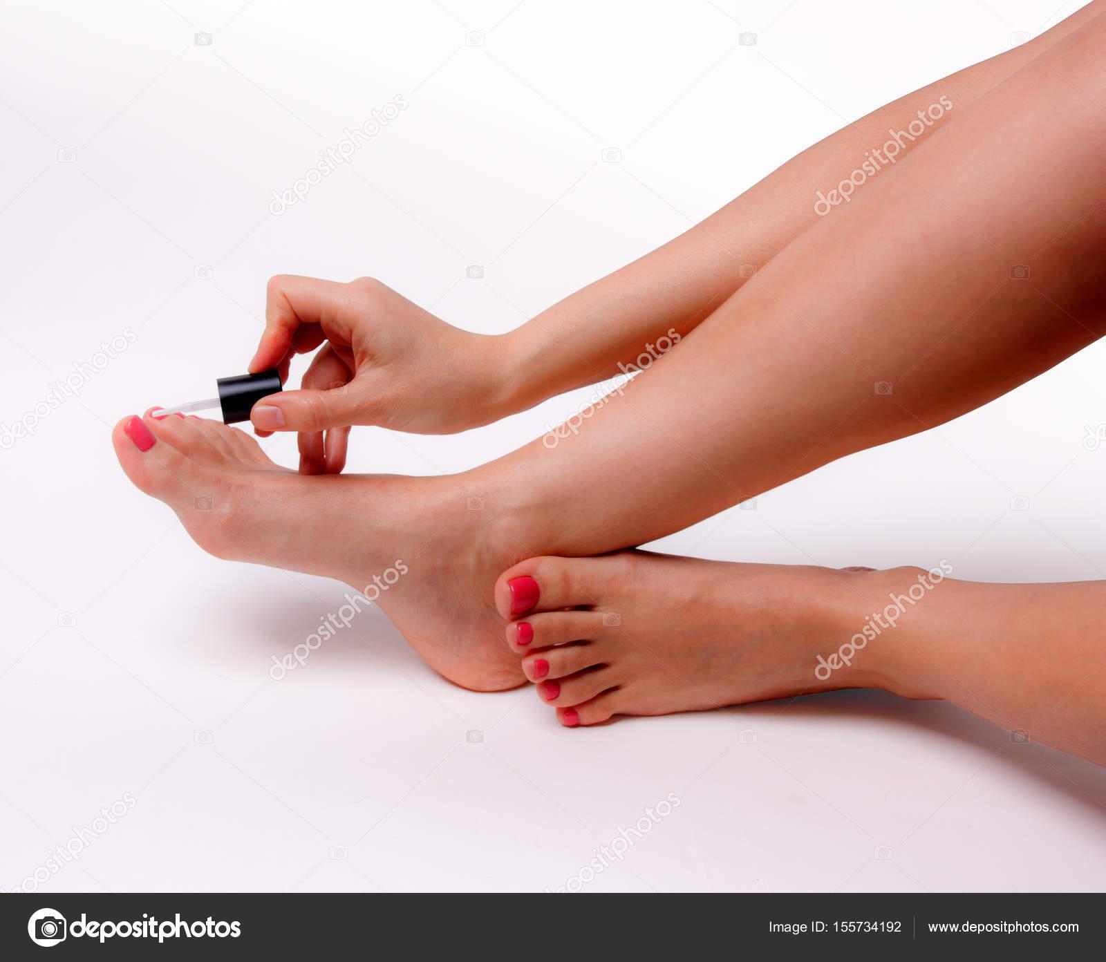 Schöne Füße mit perfekten Spa Nagel Pediküre auf weißem Hintergrund ...