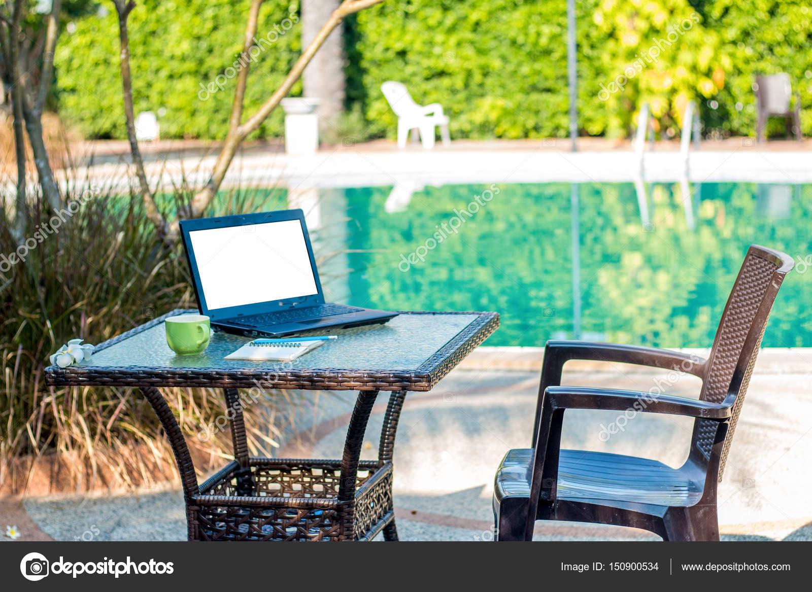 Ein Schreibtisch Am Pool Mit Einer Tabelle Stockfoto Namotrips