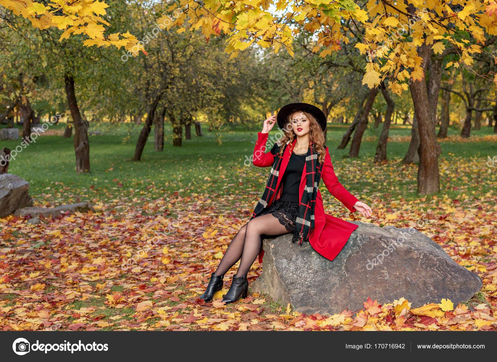 Сперма фото девушки осенью возле скал снимает лифчик показывает