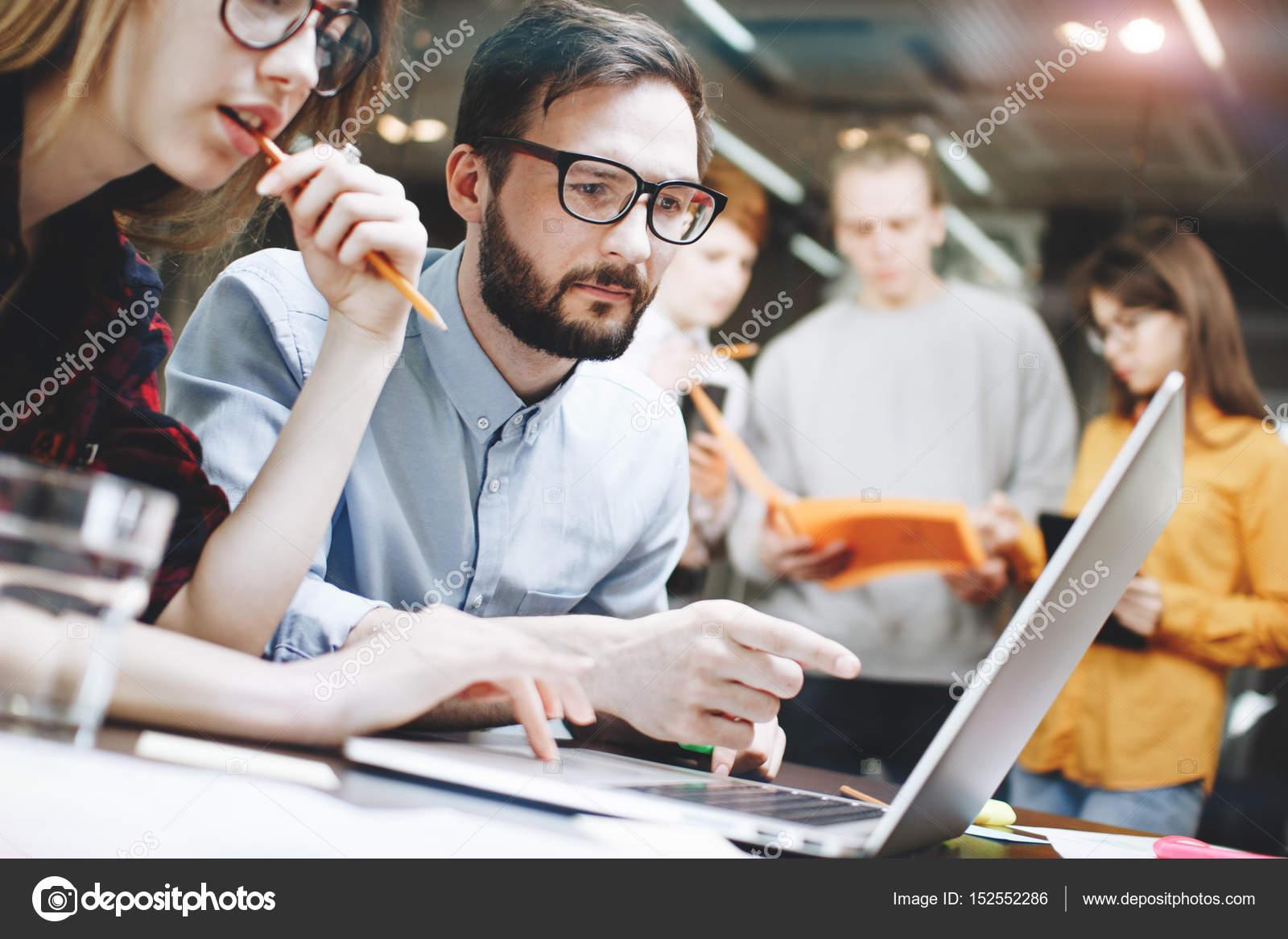 Ufficio Moderno Gioiosa : Coworking squadra di brainstorming in ufficio moderno loft u foto