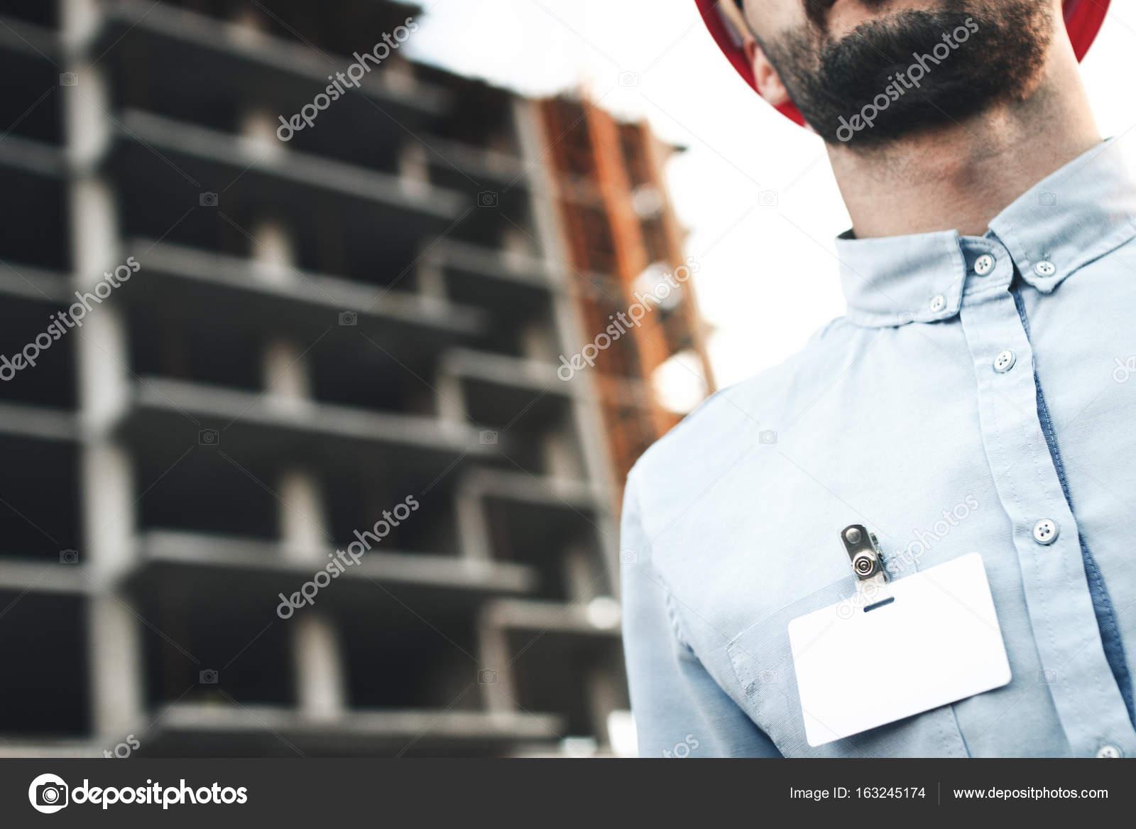 Blanc Carte Ou De Visite Insigne Sur La Poitrine Du Jeune Architecte Ingenieur Fond Dun Chantier Construction Images Stock