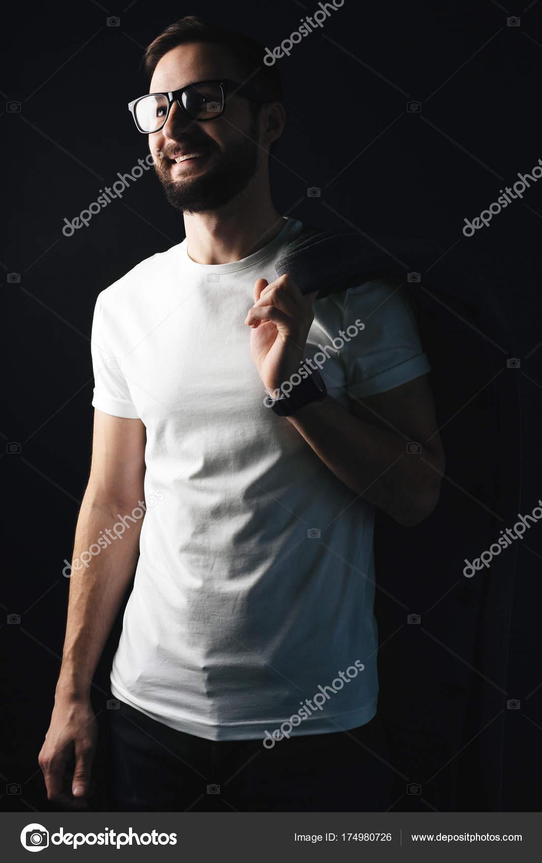 8226d07c33928 Camiseta blanca en blanco en el joven musculoso con barba y gafas claro.  Hipster con escudo en hombro posando en el vacío de la camiseta– Imagen de  Archivo