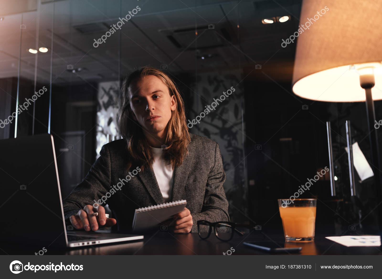 Ufficio Elegante Lungi : Manager progetto elegante stanco lavora dal computer portatile
