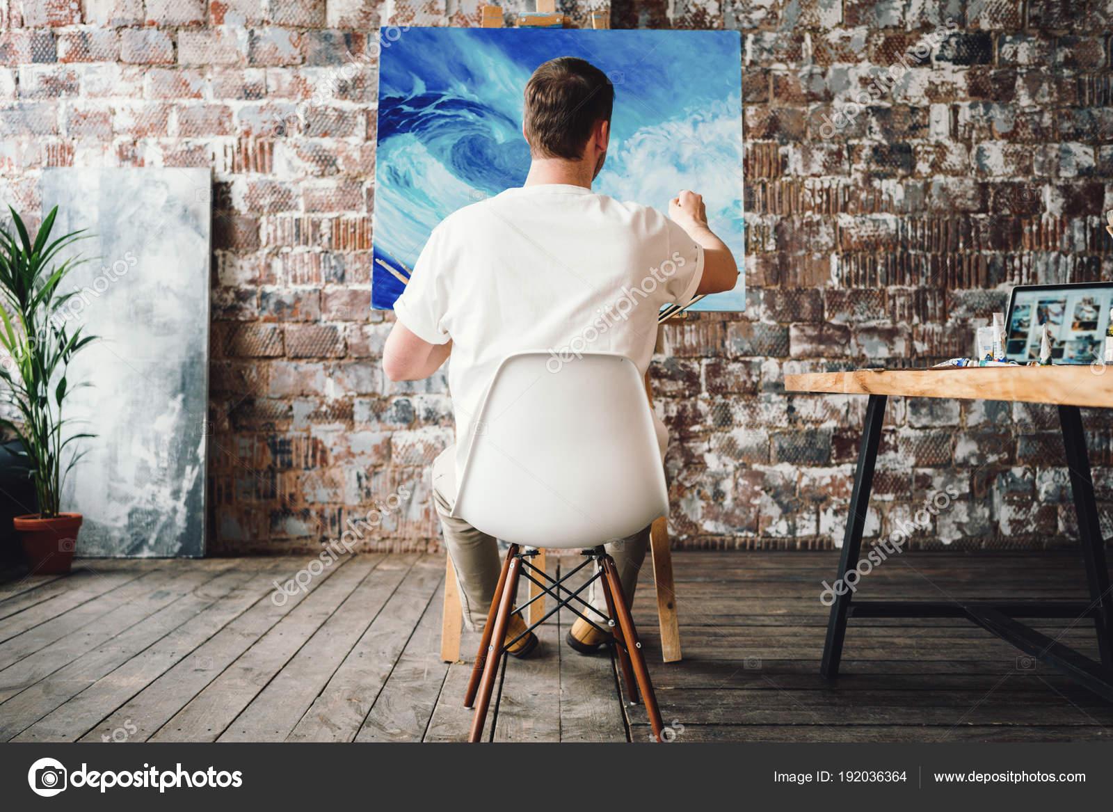 Professionelle Maler Sitzt Auf Stuhl Vordergrund Halten Der