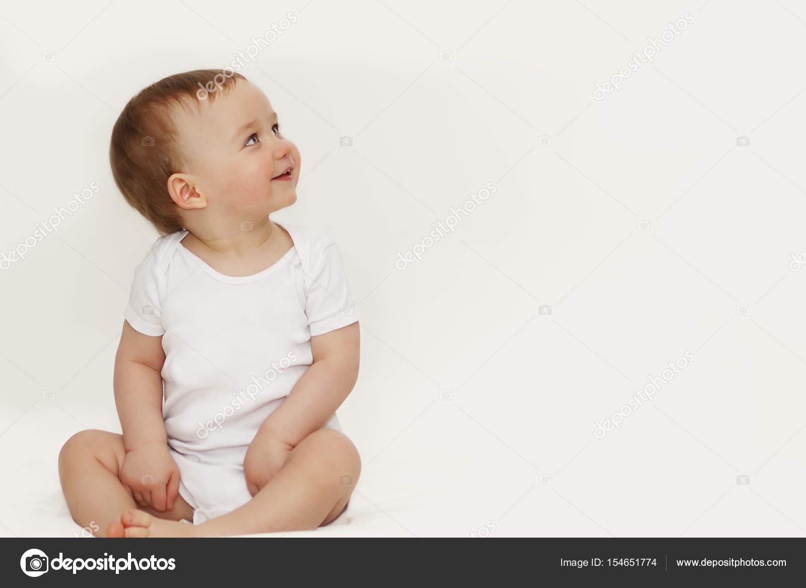 f636143af7a933 Portret van een kind met blauwe ogen op een witte achtergrond — Stockfoto