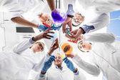 Wissenschaftler mit Reagenzgläsern
