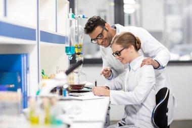 Laboratuvarda çalışan bilim adamları