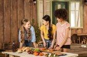 Fényképek Fiatal nők vágás zöldség