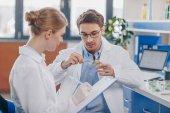 Biologen mit Petrischale