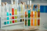 Fotografia reagenti colorati in boccette