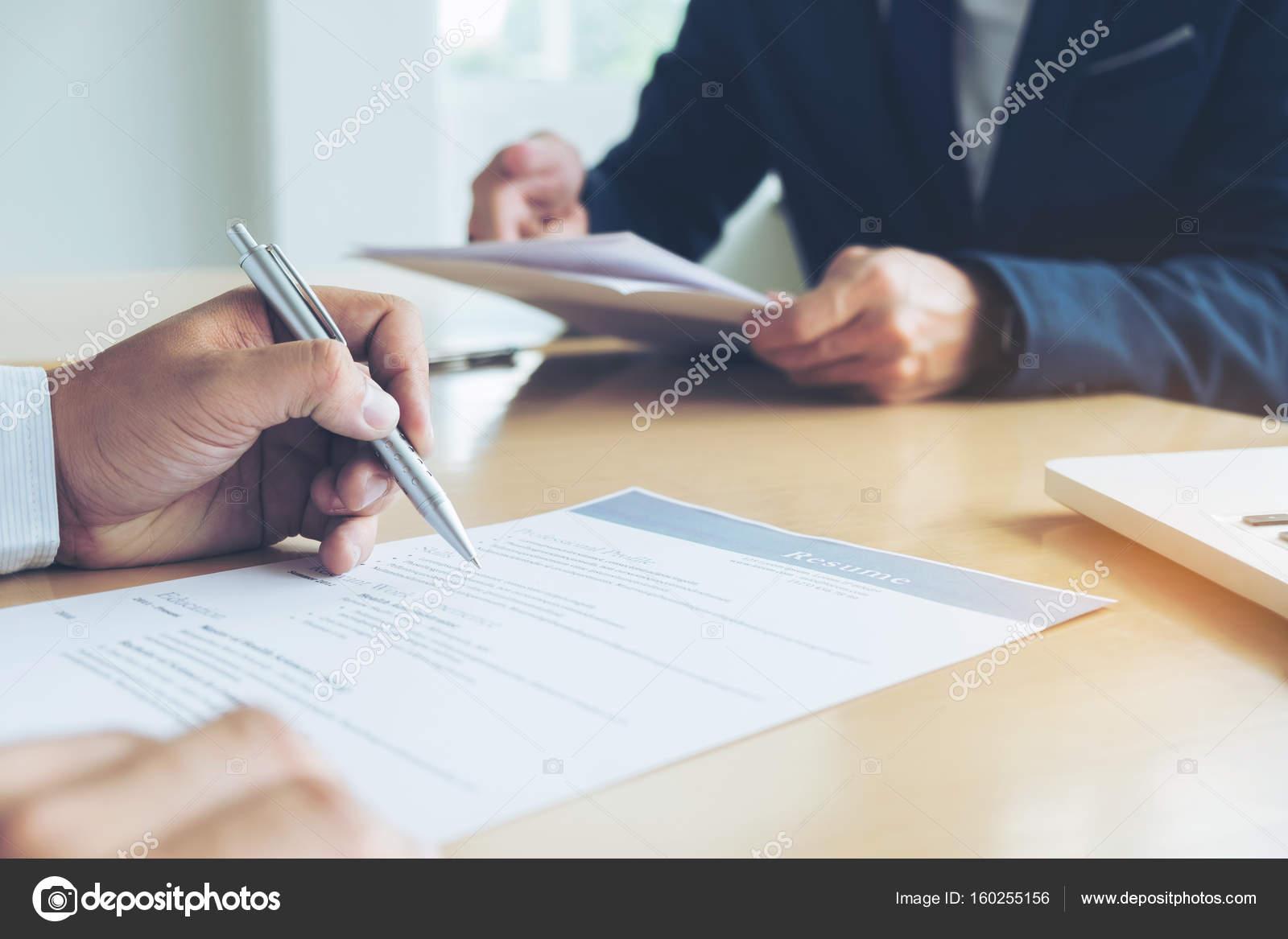 Ejecutivo leer un curriculum vitae durante una entrevista de trabajo ...