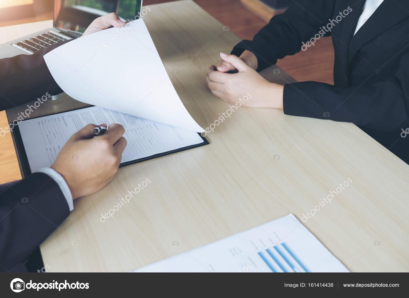 Entrevista de trabajo, jóvenes ejecutivos atractivo hombre leyendo ...