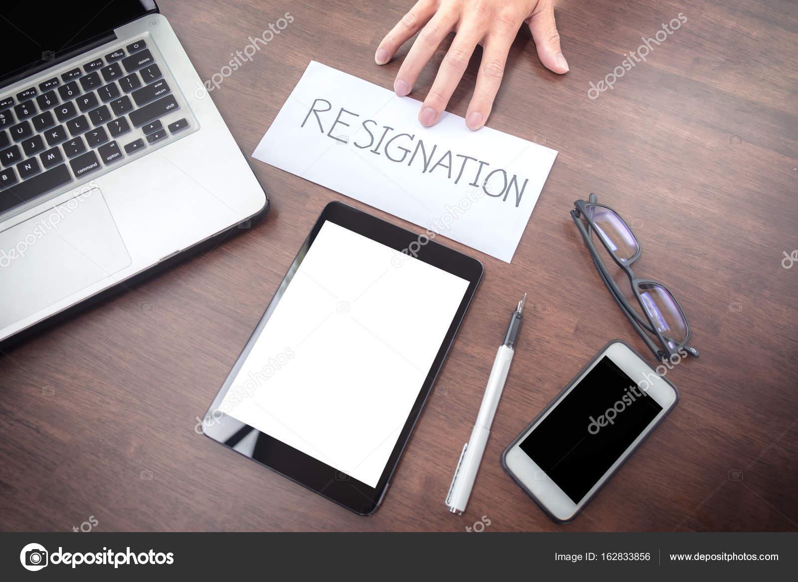 concept ontslagbrief Afbeelding van zakenman hand een ontslagbrief te sturen naar  concept ontslagbrief