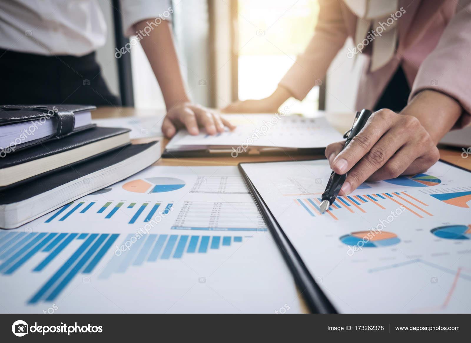 Business-Team-Meeting anwesend. Sekretärin Präsentation neue Idee ...