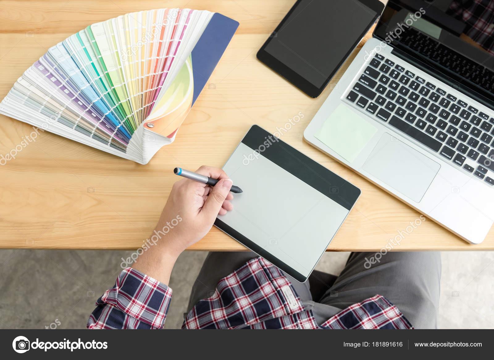 Архитектурный чертеж с рабочими инструментами, графический дизайнер работа  с цифровой рисунок планшета и пера на компьютер и цвет swatches на столе,  ... a8ec26c5443