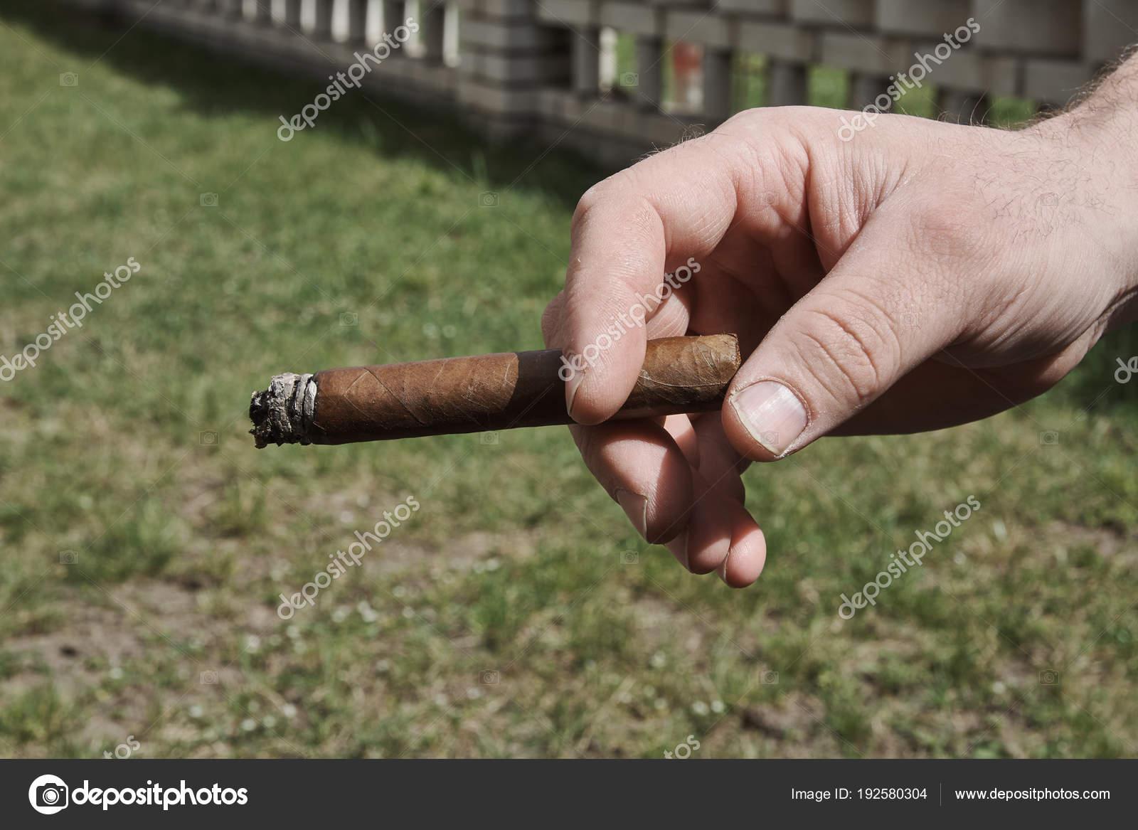 Zigarre In Der Mauer